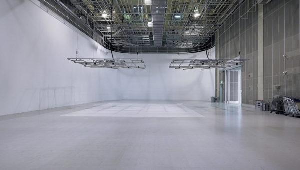 白ホリ・アラカルト 人物から車まで人工光で撮影できる白ホリゾントスタジオ
