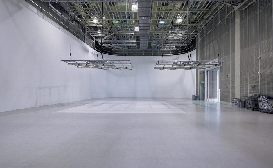 白ホリ・アラカルト|人物から車まで人工光で撮影できる白ホリゾントスタジオ