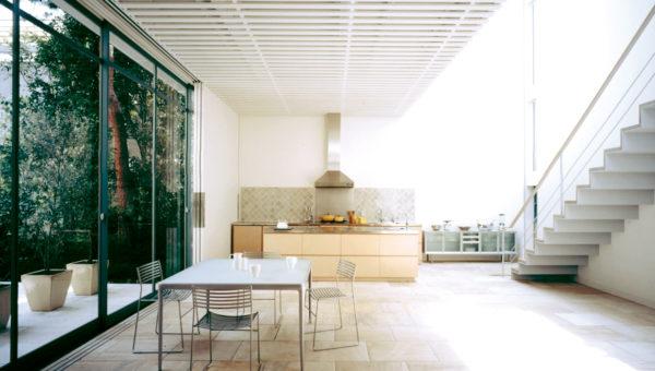 高級リゾートホテルのような緑の楽園、A.W.GARDEN。<br> 白ホリ+グリーン抜けの自然光撮影が1カ所でできる駒場スタジオ