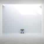上部や横からの光が独特な雰囲気を作る