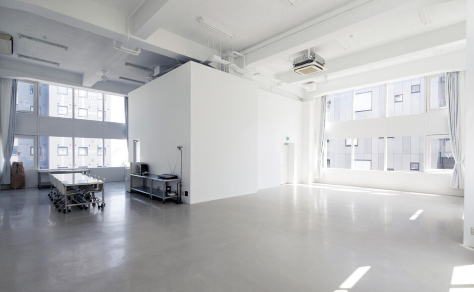 天井高5.2m 3面から自然光がふりそそぐスタジオ<br>&studio
